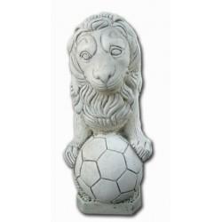 León pequeño con balón